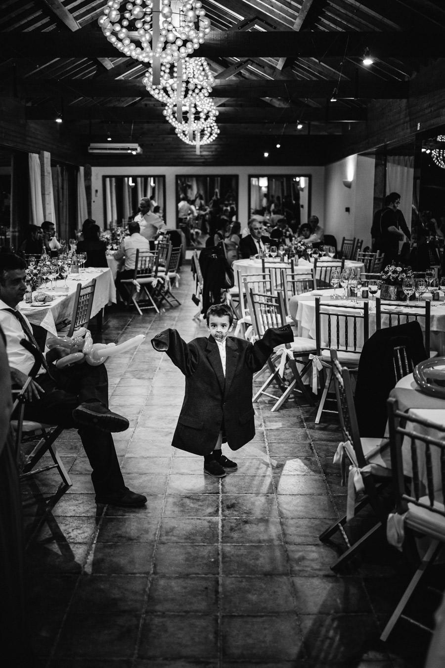 fotografia de casamento menino no casaco do pai