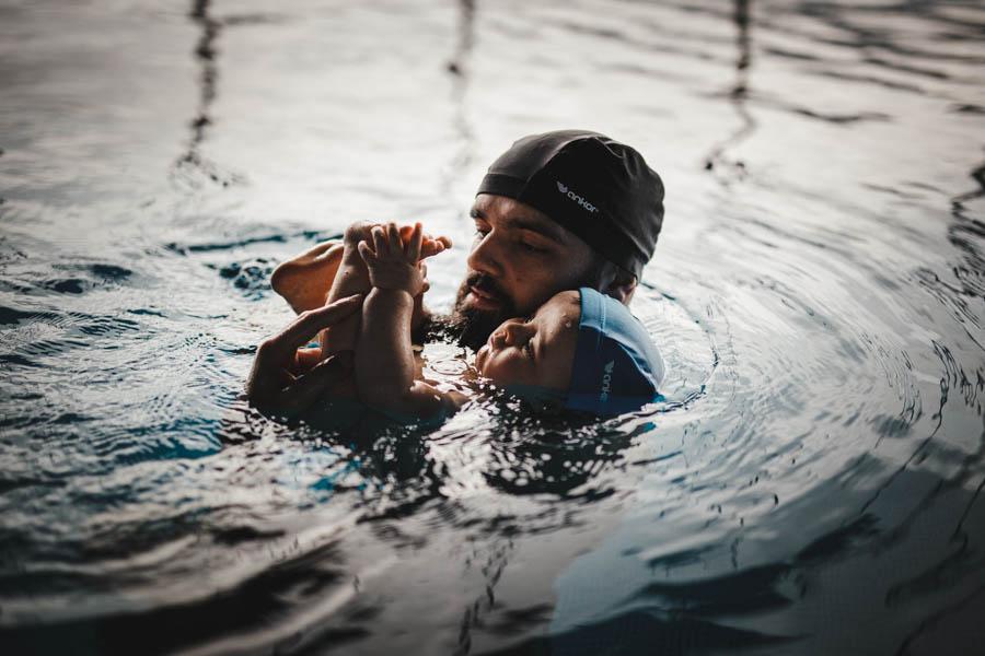 Fim de semana no SPA Douro fotografia documental familia bebe e pai nadar piscina brincar com pes