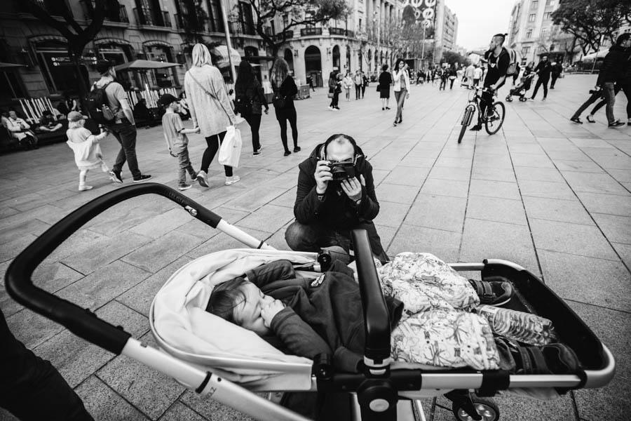 Road Trip em familia barcelona praca carrinho de bebe joolz pai fotografo documental viagem