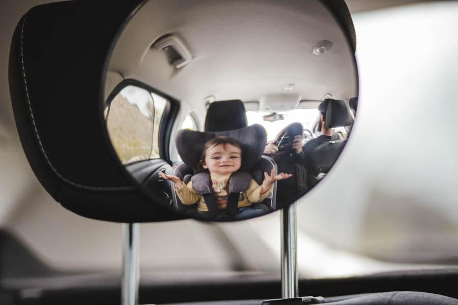Road Trip em familia menino reflexo espelho carro fotografia documental