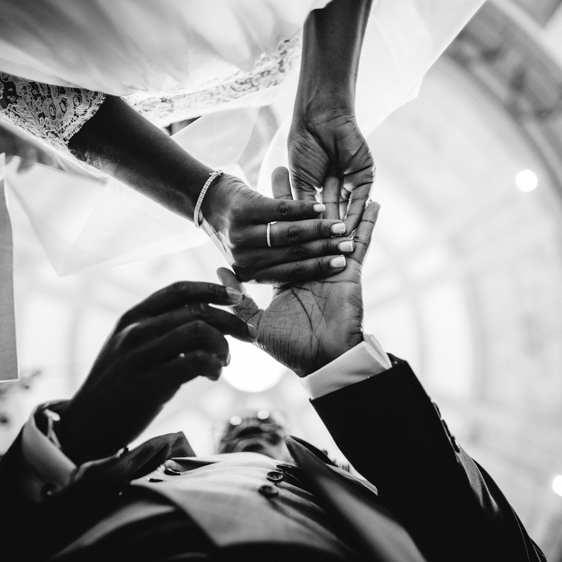 wedding in Torre Bella putting rings seen form bellow in Serra do Pilar church
