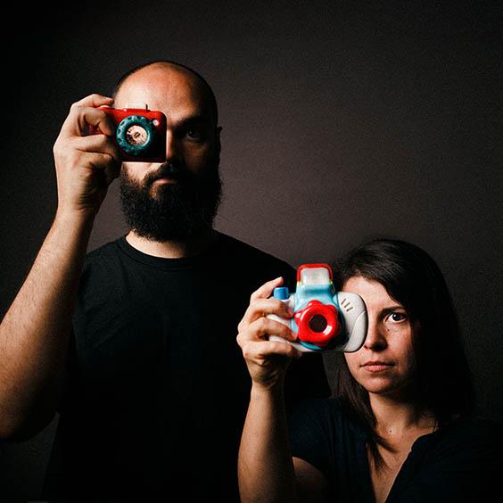 fotógrafo de casamentos auto retrato com câmaras de brincar Patrick Daniel Monteiro e Ana Raquel Pratas