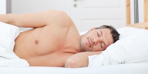 ¿Tiene beneficios dormir desnudo?