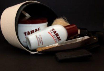 """Πλήρες σετ παραδοσιακού ξυρίσματος, με σαπούνι και aftershave lotion Tabac, πινέλο τύπου Omega 98, ξυράφι Wade & Butcher 6/8"""" Full Hollow και κρεμαστό δερμάτινο λουρί του κατασκευαστή Neil Miller."""