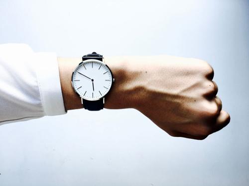 main-portant-une-montre-bracelet-illustration-jeux-video
