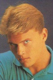 short wavy hair style blonde 90s