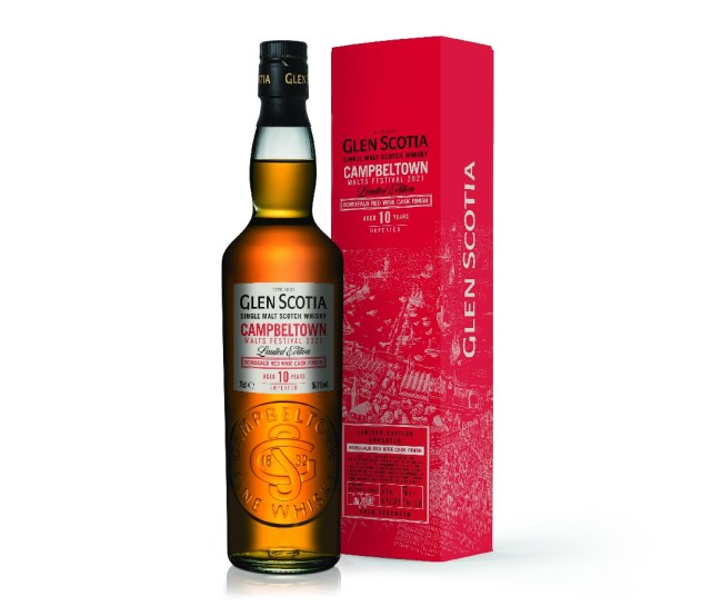 Een rode doos met het label Glen Scotia Campbeltown Malts Festival Bordeaux Finish, naast een volle fles whisky.