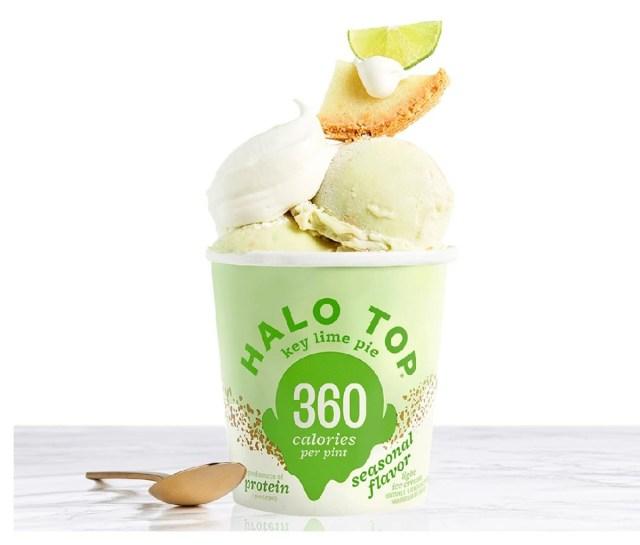 De missie van Halo Top was om een beter ijs voor je te maken, zodat je er meer van zou kunnen eten - daarom denken ze dat je van de hele pint kunt genieten! Hun lijn van lichte ijsjes bevatten allemaal tussen de 280-380 calorieën voor de hele pint en zijn verkrijgbaar in een heleboel smaken om van te genieten.