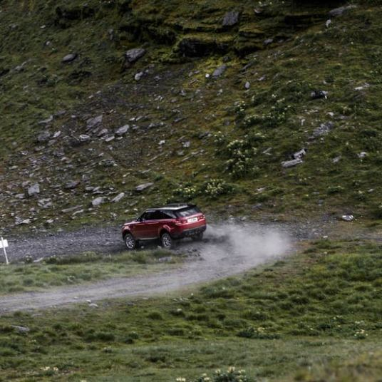 range-rover-sport-downhill-alpine-ski-challenge-4