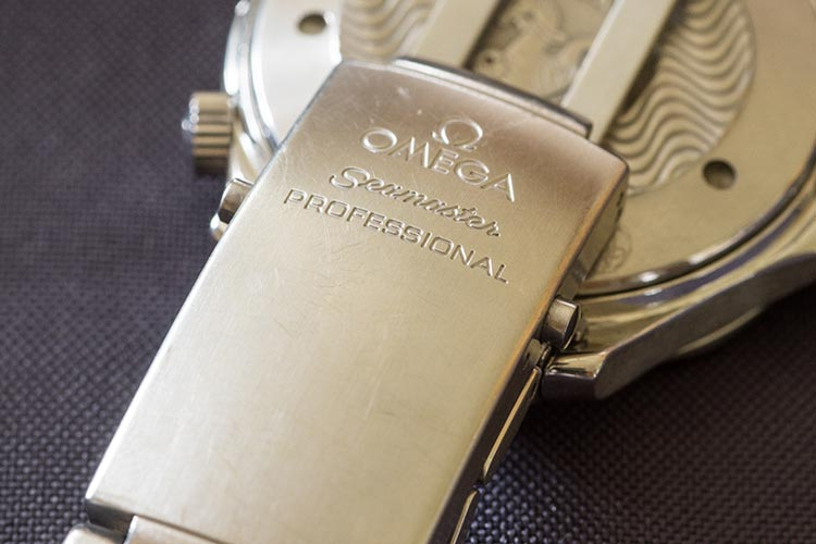 """""""Bracelet clasp covered in scratches"""" omega watch"""
