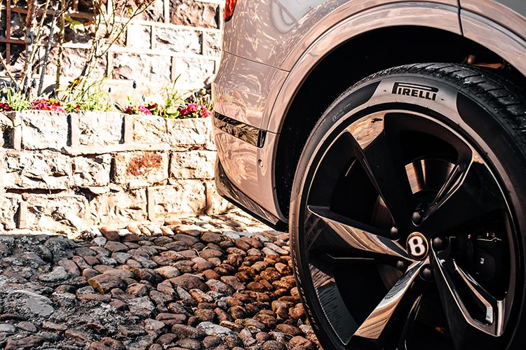 Bentley Bentayga SUV V8 Dove Grey black wheels