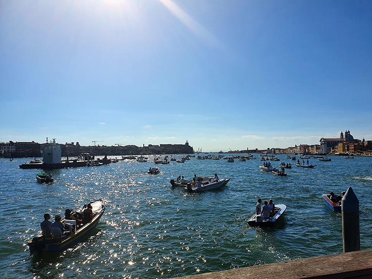 Festa delRedentore - Venice's Beautiful Gondola Race MENsTYLEFashion 2020 Italy summer (4)