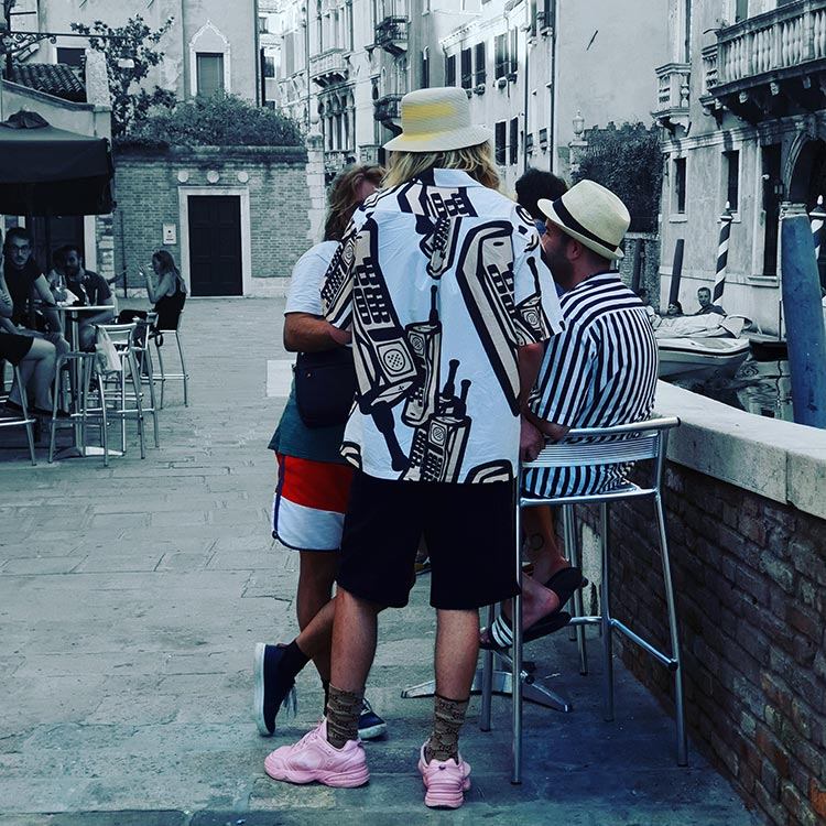 venice 2020 italy menstylefashion pink trainer street style