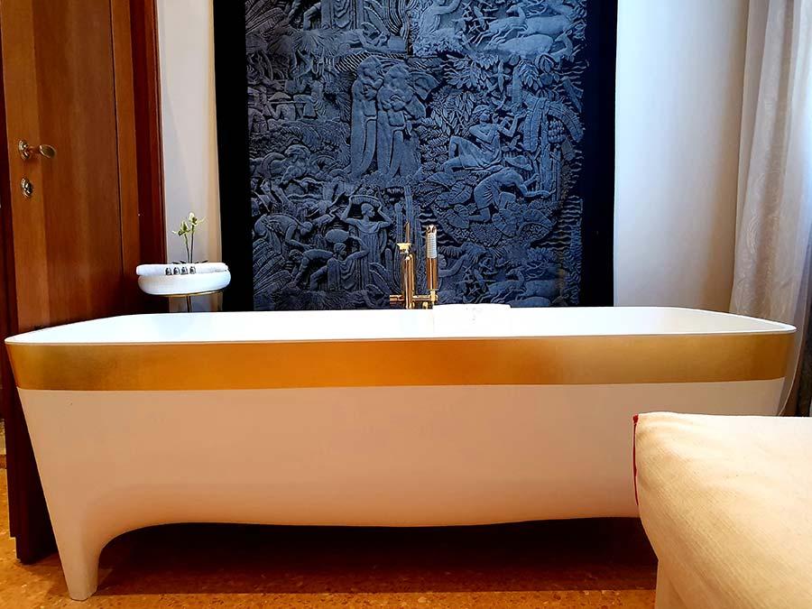 bath Palazzo Heureka Venice 16th Century Hotel 2021 Interior Design Holiday Stay (8)