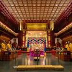 """Unser erster richtiger Tempel! Und dann haben wir auch noch das Glück, dass gerade ein """"Gottesdienst"""" im Gange ist. Der Gesang bzw. das Gebet der Mönche ziehen mich sofort in ihren Bann. Später lesen wir, dass wir da in den größten Buddhistischen Tempel im Land gestolpert sind."""