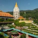 ... und Stadt in die andere. Schön angelegt. Buddhistischer Luxus? Die Besucher spülen auf jeden Fall ordentlich Geld in die Kassen, so dass der Tempel über die letzten Jahre und Jahrzehnte immer weiter wachsen konnte.