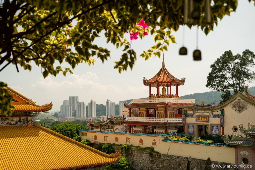 Der Kek Lok Si Tempel liegt etwas außer- und oberhalb der Stadt. Diese Lage beschert die Besucher und Bewohner mit einem grandiosen Panorama über Georgetown und Küste.