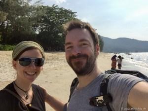 Strand auf Penang | Seht sie euch an, die zwei gestressten Gesichter voller Freude, endlich Strand gefunden zu haben.