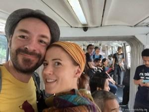 Monorail in KL | Seht sie euch an, die zwei amüsierten Gesichter im fremden Nahverkehrsmittel.