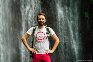 Stolz wie Wasserfall. Arvid mit japanischem Werbeshirt vorm Banyuatis-Wasserfall.