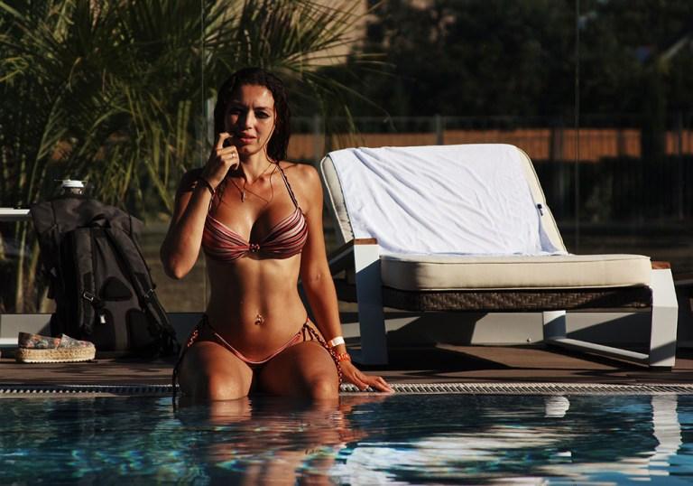 sexy bikini en la playa y alberca