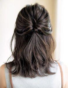 Peinado medio-recogido para cabello corto