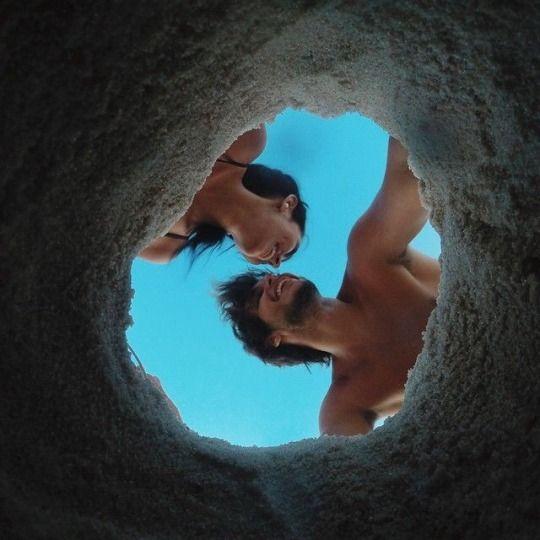 beso de pareja en la playa en la arena-foto en pareja