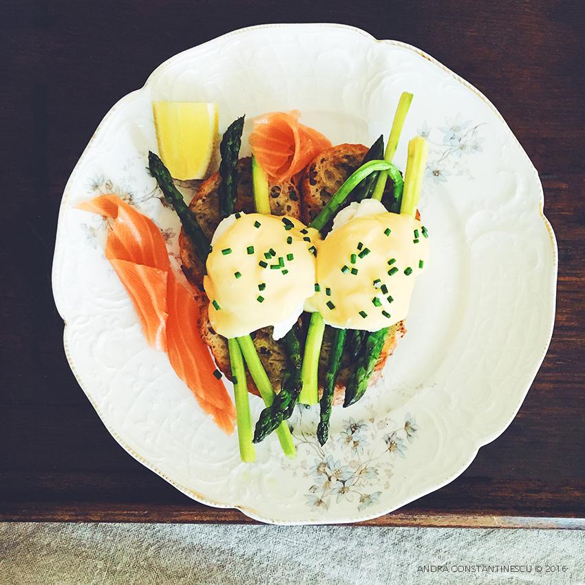 Mic dejun cu sparanghel: Sparanghel cu oua posate, sos hollandaise si somon
