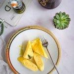 Mic dejun cu omleta japoneza rulata in straturi (Tamagoyaki). O alegere perfecta pentru un brunch special.