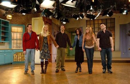 Il cast di Friends saluta il pubblico dopo l'ultima puntata
