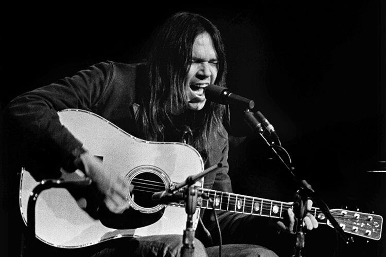 """Il sogno spezzato e la rabbia: la """"trilogia del dolore"""" di Neil Young"""