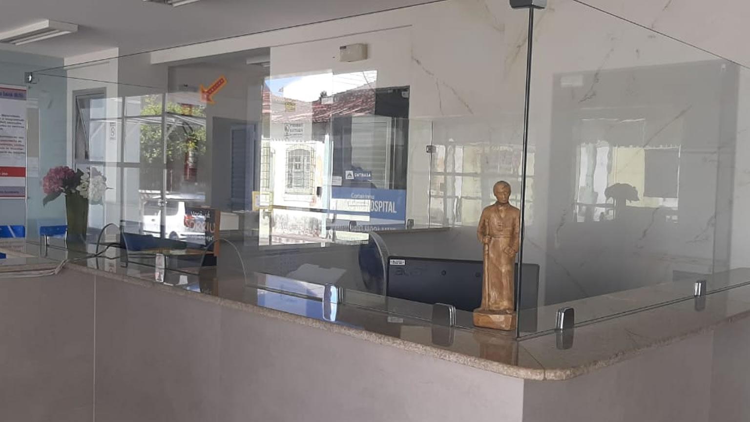 Vidro de proteção é instalado na recepção do hospital