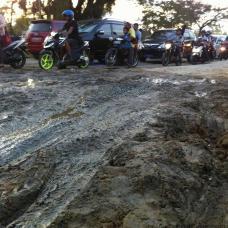Akibat perbaikan jalan di depan gedung tenis Indoor Telaga Keramat yang berantakan puluhan kendaraan sering mengalami kemacetan. Seperti yang terlihat kamis (25/12/2014) sore.