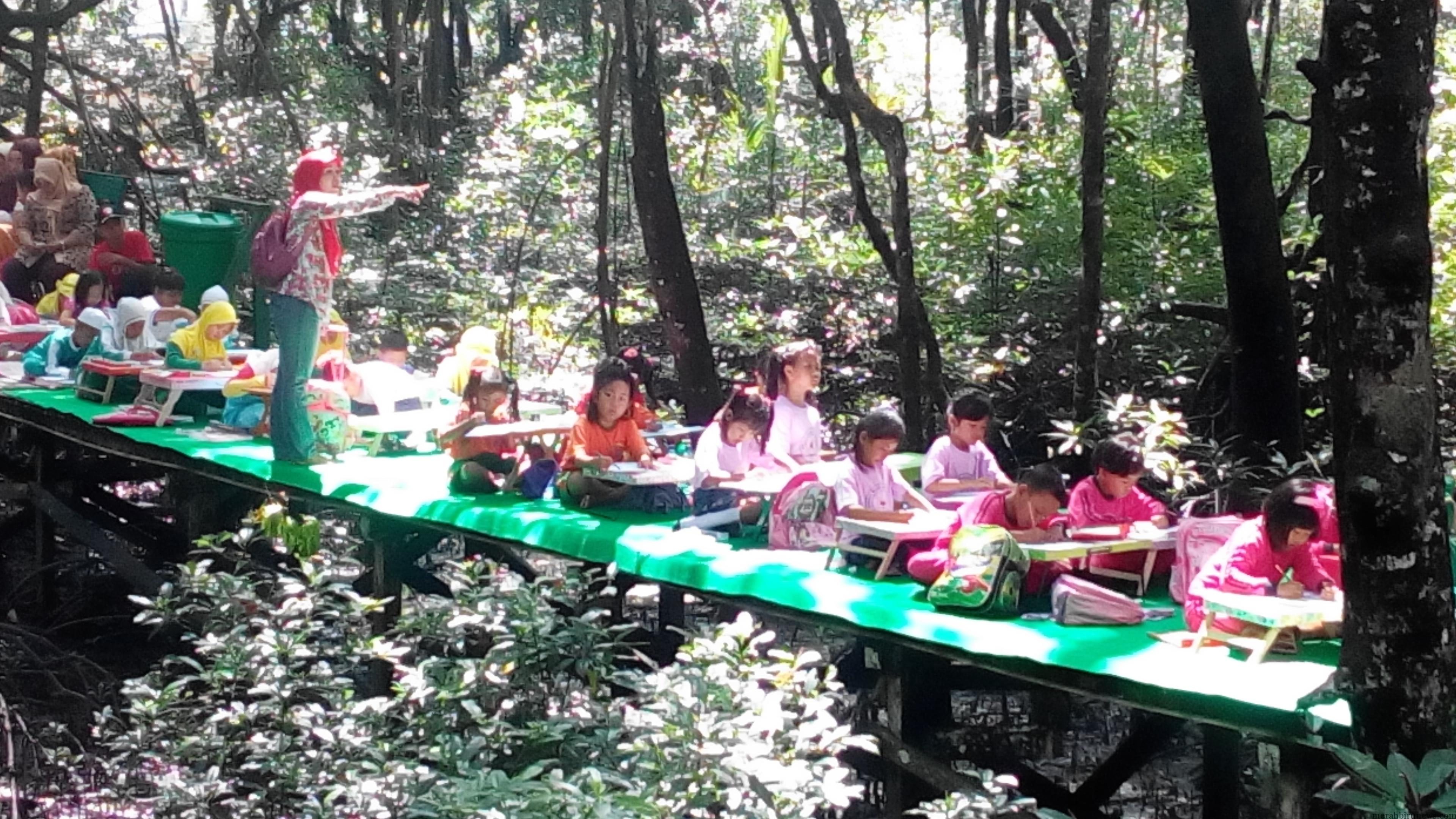 Anak anak kecil nan lucu dan imut dari berbagai TK tengah mengikuti lomba mewarnai yang diselenggaran