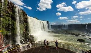 Turistas registram visita às Cataratas do Iguaçu, no Paraná (Foto: Divulgação/Embratur)