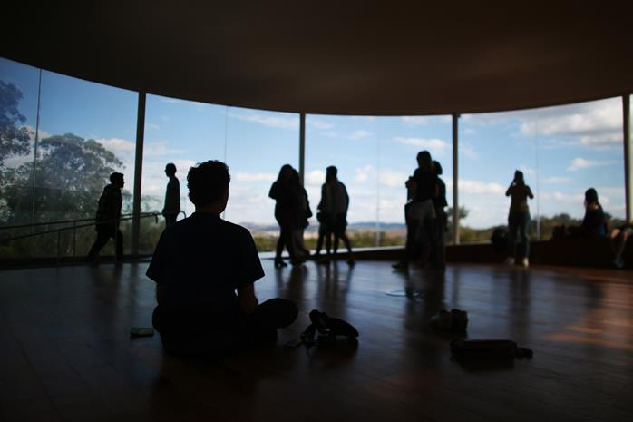 Homem medita dentro do Sonic Pavilion (Foto: Roberto Castro | MTur)