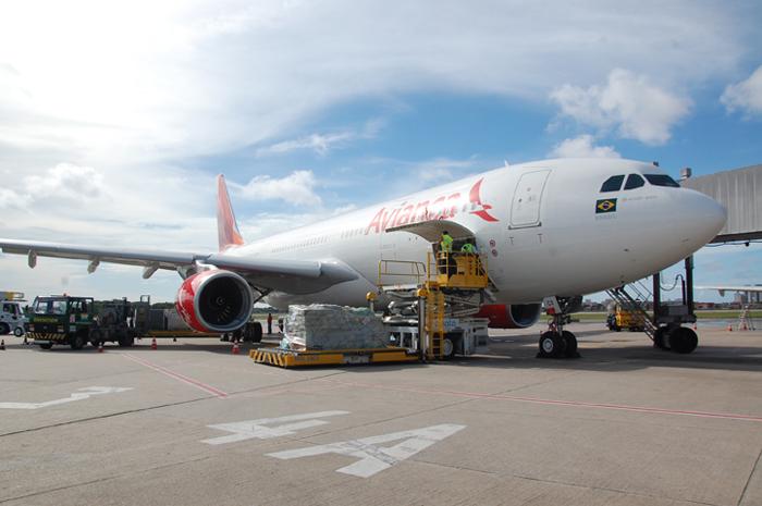 Avião A330-200, da Avianca, utilizando os elevadores que erguem os contêineres para os porões