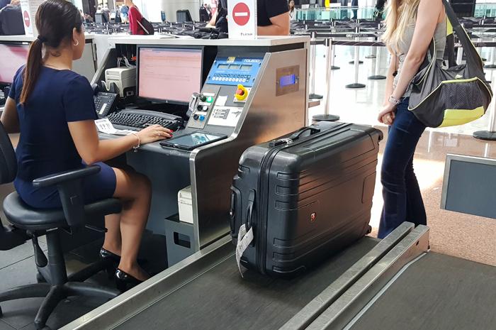 Check-in de bagagem sendo realizado no terminal do Aeroporto de Guarulhos
