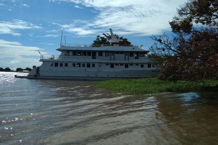 Belle Amazon, barco de luxo de 100 pés atracado em Alter do Chão