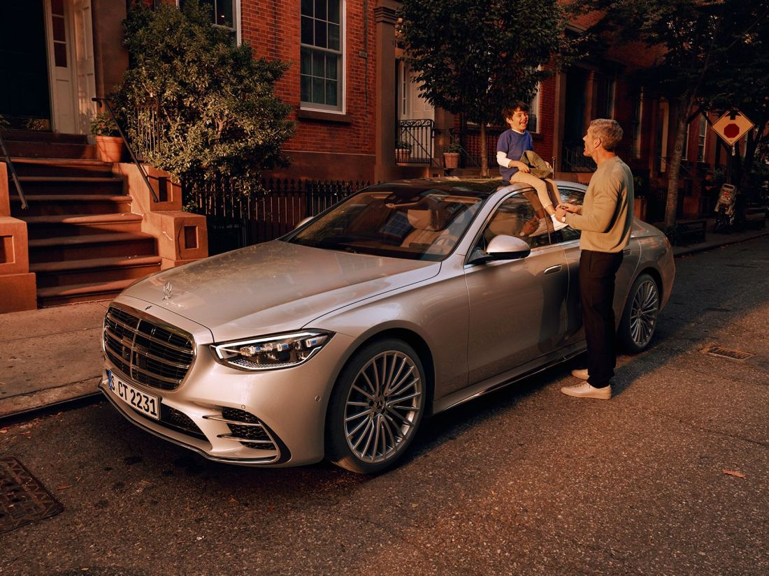 The new 2021 Mercedes-Benz S-Class Saloon (WV 223): A man and a child in front of the parking S-Class.