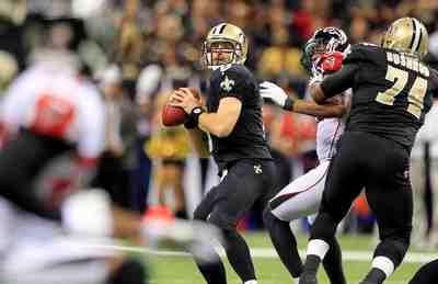 New Orleans Saints quarterback Drew Brees (9) drops back to pass against the Atlanta Falcons during the first half of their NFL football game in New Orleans, Louisiana November 11, 2012. REUTERS/Sean Gardner (UNITED STATES - Tags: SPORT FOOTBALL)