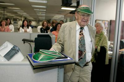 Former Mercury News copy editor and reporter Willys Peck celebrates the naming of a conference room in his honor May 29, 2008. ( Pauline Lubens/Mercury News)