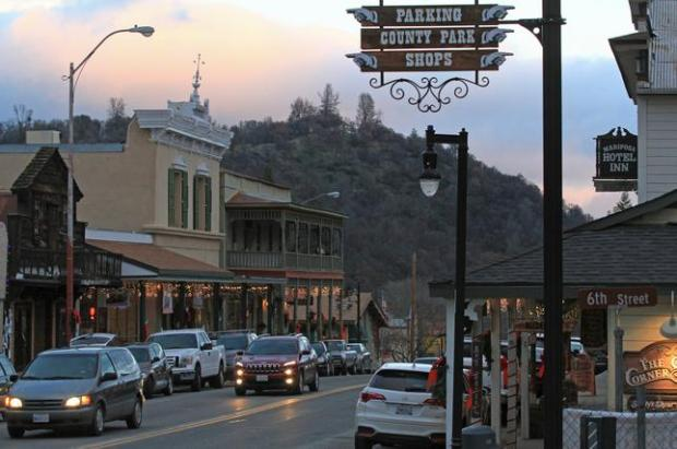 As the sun sets, the downtown area begins to light up in Mariposa. (Laura A. Oda/Bay Area News Group)