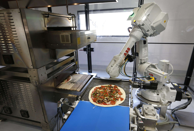 Robot de ABB elaborando una pizza en Zume Pizza (Fuente: https://i0.wp.com/www.mercurynews.com/wp-content/uploads/2016/09/zume.jpg)