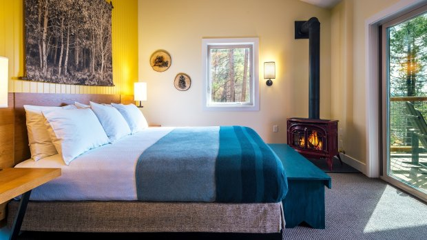Rooms at Yosemite's new Rush Creek Lodge feature a king or queen bed withviews of the forest or sunset. (Photo: Kim Carroll)