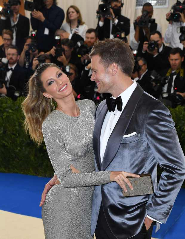 Tom Brady (R) and Gisele Bundchen arrive for the Costume Institute Benefit on May 1, 2017, at the Metropolitan Museum of Art in New York. / AFP PHOTO / ANGELA WEISSANGELA WEISS/AFP/Getty Images
