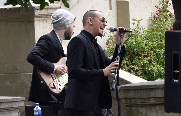 """Chester Bennington, of Linkin Park, performs """"Hallelujah"""" at a funeral for Chris Cornell at the Hollywood Forever Cemetery on Friday, May 26, 2017, in Los Angeles. (Photo by Chris Pizzello/Invision/AP)"""