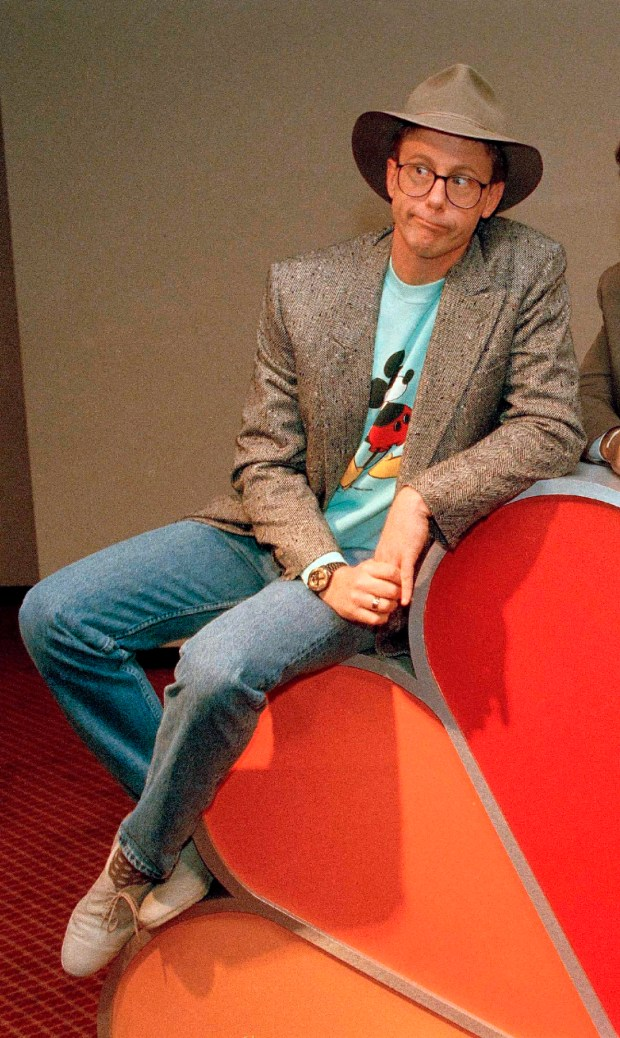 """FILE - In this May 19, 1988, file photo, Harry Anderson poses after a press conference in New York. Authorities said, Monday, April 16, 2018, that actor Harry Anderson of """"Night Court"""" comedy series fame died in North Carolina. (AP Photo/Richard Drew, File)"""