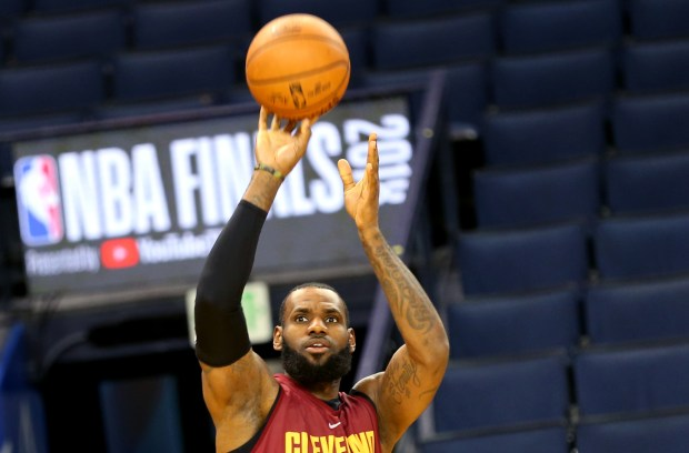 417345778120 Cleveland Cavaliers  LeBron James (23) shoots a jumper during practice at  Oracle Arena
