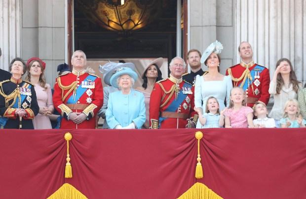 LONDRES, ANGLETERRE - 9 JUIN: Princesse Anne, Princesse Royale, Princesse Béatrice, Lady Louise Windsor, Prince Andrew, Duc d'York, Reine Elizabeth II, Meghan, Duchesse du Sussex, Prince Charles, Prince de Galles, Prince Harry, Duc de Sussex, Catherine, Duchesse de Cambridge, Prince William, Duc de Cambridge, Princesse Charlotte de Cambridge, Savannah Phillips, Prince George de Cambridge et Isla Phillips regarde le défilé sur le balcon de Buckingham Palace pendant Trooping The Color le 9 juin 2018 à Londres, en Angleterre. La cérémonie annuelle impliquant plus de 1400 gardes et cavalerie, aurait été exécutée sous le règne du roi Charles II. Le défilé marque l'anniversaire officiel du Souverain, même si l'anniversaire de la reine est le 21 avril. (Photo par Chris Jackson / Getty Images)